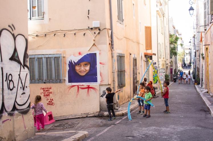 9. jsou prázdniny - děti nikam nejedou, celé dny tráví na ulici